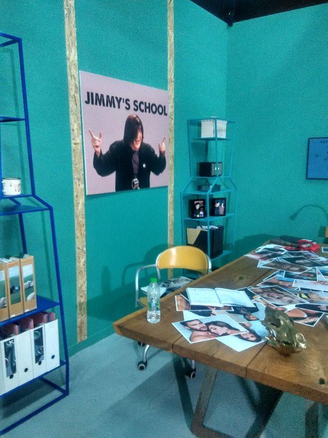 Το σχολείο για φλώρους του Τζίμη, από τα στούντιο όπου γυρίζονται οι Δέκα Μικροί Μήτσοι