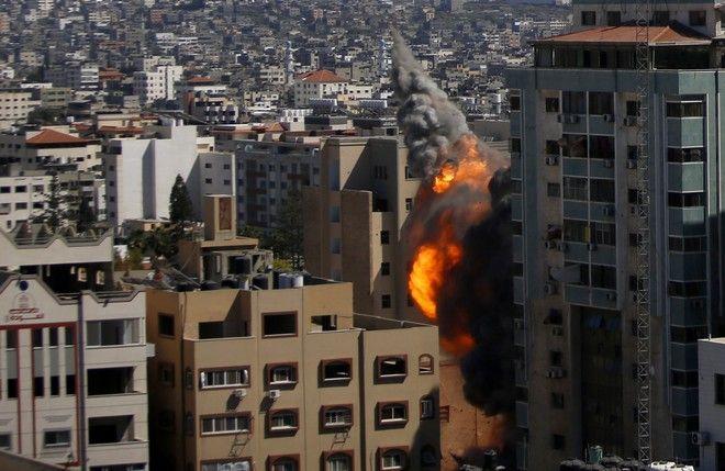 Η στιγμή της κατάρρευσης πολυώροφου κτιρίου όπου στεγάζονται το Associated Press και το Al Jazeera, στη Γάζα, έπειτα από βομβαρδισμούς ισραηλινών πυραύλων