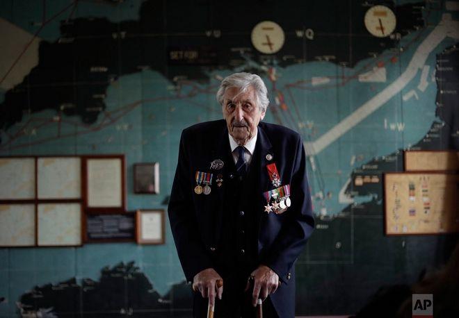 Ο Βρετανός Leonard 'Ted' Emmings που ήταν ναυτικός και υπηρετούσε σε ένα μικρό πολεμικό πλοίο, ποζάρει για φωτογραφία μπροστά από χάρτη που χρησιμοποιήθηκε την ημέρα της απόβασης.