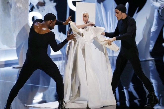 Lady Gaga performs during the 2013 MTV Video Music Awards in New York August 25, 2013.  REUTERS/Eric Thayer (UNITED STATES  Tags: ENTERTAINMENT)(MTV-SHOW)