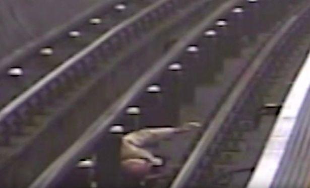 Ο 91χρονος Σερ Ρόμπερτ Μέιλπας πέφτει στο κενό όταν ένας 46χρονος τον σπρώχνει από την αποβάθρα του μετρό