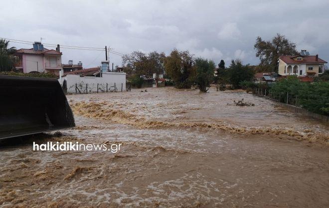 Καιρός: Κακοκαιρία στη Χαλκιδική - Έσπασαν δρόμοι, εκκενώθηκε σχολείο