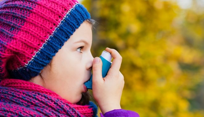 Παιδί παίρνει εισπνεόμενο για το άσθμα