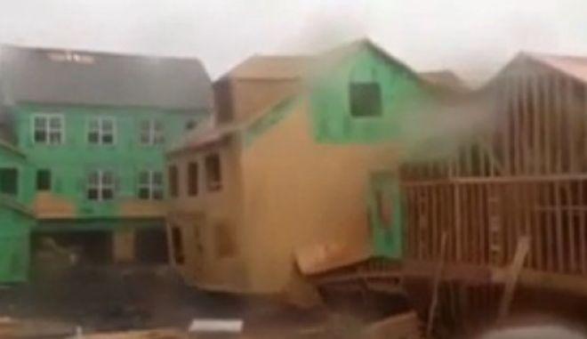 """Βίντεο: Ισχυρός άνεμος """"ξηλώνει"""" σπίτι"""