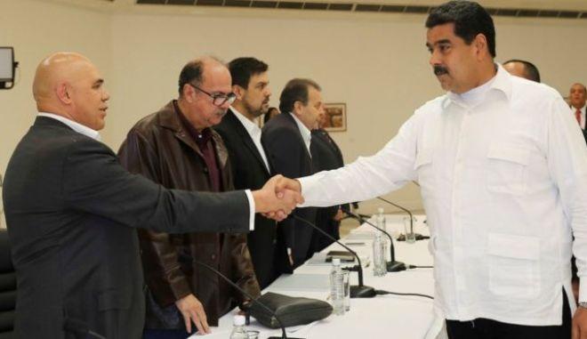 Πέντε μέλη της αντιπολίτευσης αφέθηκαν ελεύθερα στη Βενεζουέλα