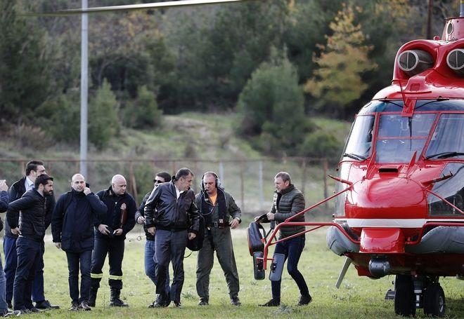 Ο υπουργός Εθνικής Άμυνας Νίκος Παναγιωτόπουλος φτάνει με ελικόπτερο για να επισκεφθεί τις πλημμυρισμένες περιοχές στην Ολυμπιάδα Χαλκιδικής.