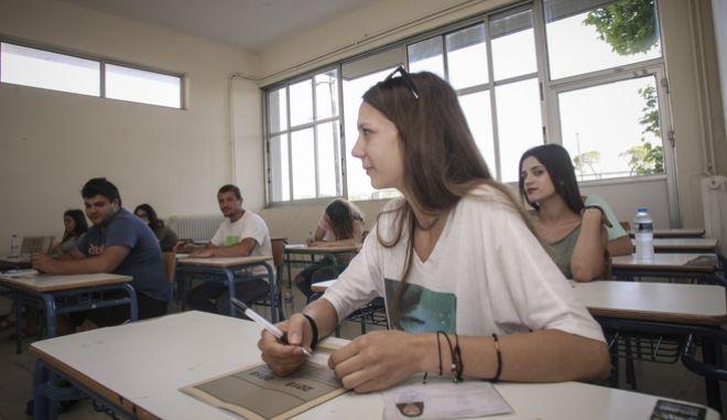 Στιγμιότυπο από την έναρξη των Πανελλαδικών Εξετάσεων για τους μαθητές των ΕΠΑΛ