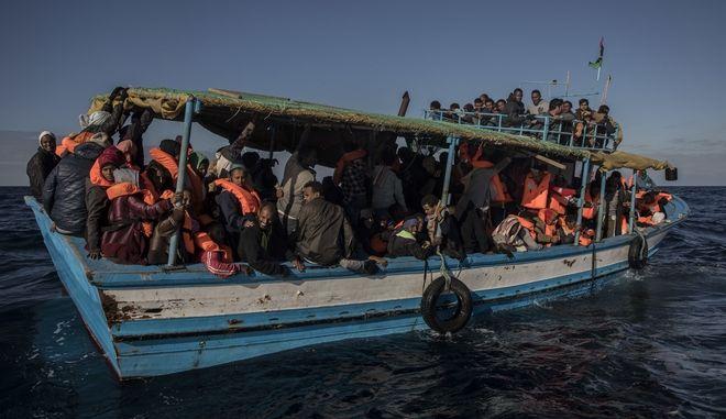 Την ανάγκη να βρεθεί μια ευρωπαϊκή λύση στο μεταναστευτικό υπογραμμίζει η Κομισιόν