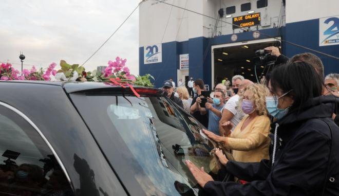 To όχημα με τη σορό του Μίκη Θεοδωράκη μπαίνει στο πλοίο της γραμμής για τα Χανιά