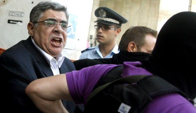 Στιγμιότυπο από την μεταγωγή των βουλευτών και των στελεχών της Χρυσής Αυγής στον Εισαγγελέα και κατόπιν στον ανακριτή,με την κατηγορία της σύστασης εγκληματικής οργάνωσης Σάββατο 28 Σεπτεμβρίου 2013 (EUROKINISSI/ΓΙΩΡΓΟΣ ΚΟΝΤΑΡΙΝΗΣ)