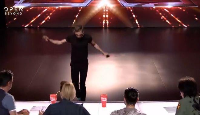 """X Factor: Ατύχημα για διαγωνιζόμενο - Έπεσε στη """"τάφρο"""" μπροστά στους κριτές"""