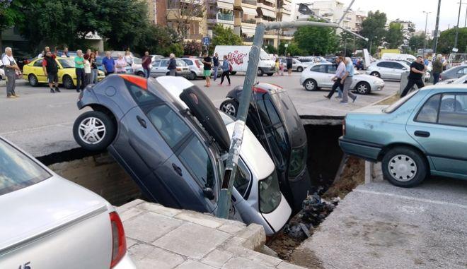 """Εικόνες Αποκάλυψης στην Καλλιθέα: Δρόμος """"κατάπιε"""" αυτοκίνητα"""