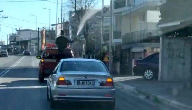 Αγιασμός με μάνικα: Παπάς ράντισε όλο το Λιανοκλάδι μέσα από πυροσβεστικό