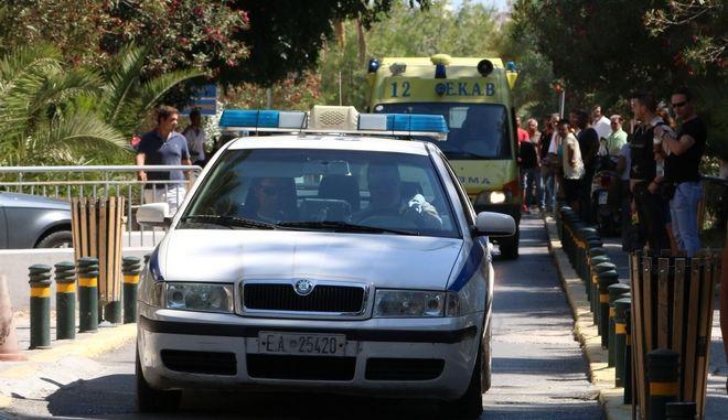Στιγμιότυπο από την μεταφορά του 46χρονου Κώστα Κατσούλη απο το νοσοκομείο Ηρακλείου στην Αθήνα την Δευτέρα 15 Σεπτεμβρίου 2014. Ο 46χρονος τραυματίστηκε το μεσημέρι της Κυριακής όταν οπαδοί του Ηροδότου εισέβαλαν στο γήπεδο και επιτέθηκαν με σε οπαδούς του Εθνικού που είχαν ταξιδέψει στο Ηράκλειο για το παιχνίδι της πρεμιέρας του πρωταθλήματος της Γ' Εθνικής.  (EUROKINISSI)