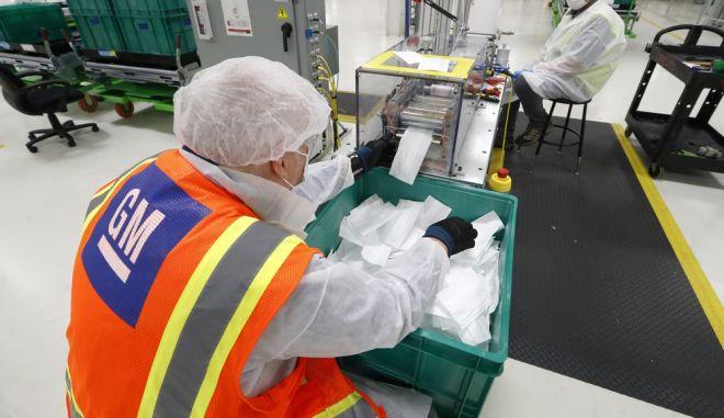 Εργάτες της General Motors δουλεύοντας για την παραγωγή μασκών