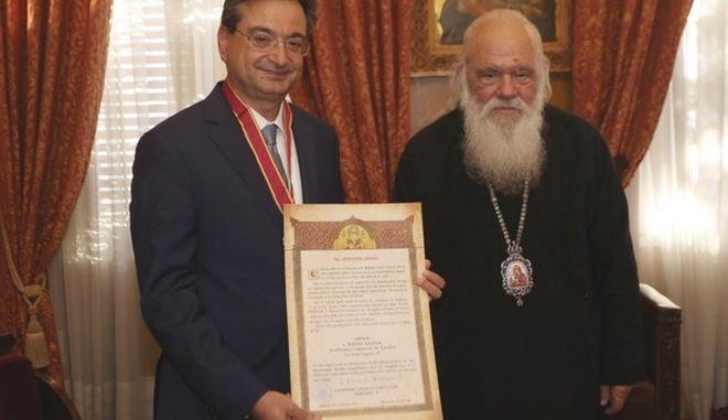 Eurobank: Την ανώτατη τιμητική διάκριση της Αρχιεπισκοπής Αθηνών έλαβε ο Φ. Καραβίας