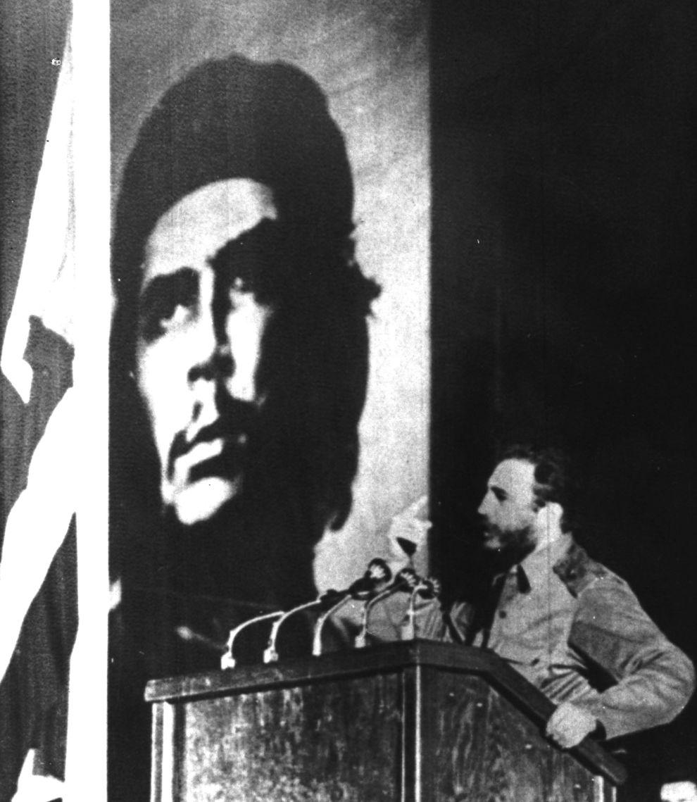 Ο Φιντέλ Κάστρο αποχαιρετά τον Τσε Γκεβάρα στην Plaza de la Revolución της Αβάνας, μπροστά σε ένα εκατομμύριο Κουβανούς, εννιά μέρες μετά την εκτέλεση του κομαντάντε (18/10/1967).