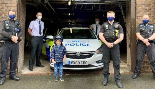 Ο μικρός Τζος κατά την επίσκεψή του στο αστυνομικό τμήμα της περιοχής του
