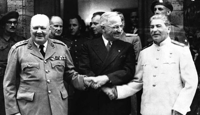 Η χειραψία Churchill, Truman και Stalin μπροστά από την κατοικία του πρώτου, στη Γερμανία