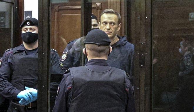 Ο Αλεξέι Ναβάλνι στο δικαστήριο της Μόσχας