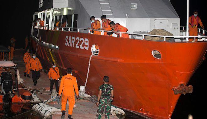 Μέλη της Εθνικής Υπηρεσίας Αναζήτησης και Διάσωσης προετοιμάζονται για αποστολή έρευνας για το υποβρύχιο του Ινδονησιακού Ναυτικού KRI Nanggala στο Μπαλί της Ινδονησίας, 21 Απριλίου 2021