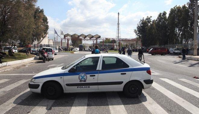 Εργάτες βρίσκονται συγκεντρωμένοι στην είσοδο των διυλιστηριών του Ασπροπύργου την Παρασκευή 8 Μαΐου 2015. Νωρίτερα σε εξωτερικό χώρο στα διυλιστήρια του ομίλου Ελληνικά Πετρέλαια ξέσπασε πυρκαγιά από την οποία τραυματίστηκαν έξι εργαζόμενοι εκ των οποίων δύο σοβαρά. Στις μονάδες των διυλιστηρίων εκτελούνταν εργασίες συντήρησης και η πυρκαγιά σύμφωνα με πληροφορίες εκδηλώθηκε σε μια από τις δεξαμενές. (EUROKINISSI/ΑΛΕΞΑΝΔΡΟΣ ΖΩΝΤΑΝΟΣ)