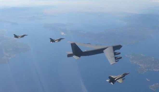 Ελληνικά F-16 συνόδευσαν αμερικανικό βομβαρδιστικό - Πέταξαν εντός FIR Αθήνας και Σκοπίων