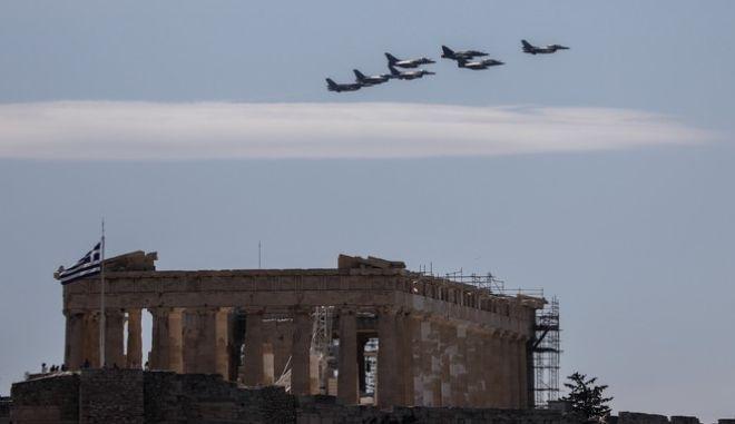 """Μαχητικά αεροσκάφη πάνω από τον Ιερό Βράχο της Ακρόπολης, στο πλαίσιο της άσκησης """"Ηνίοχος 21"""""""