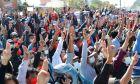 Διαδηλωτές κάνουν τον χαιρετισμό των τριών δακτύλων, σύμβολο αντίστασης, κατά τη διάρκεια διαμαρτυρίας στο Mandalay της Μιανμάρ, 9 Φεβρουαρίου 2021.