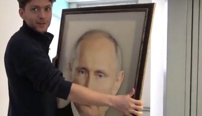 Κρυφή κάμερα: Τι κάνουν οι Ρώσοι μπροστά στο πορτρέτο του Πούτιν