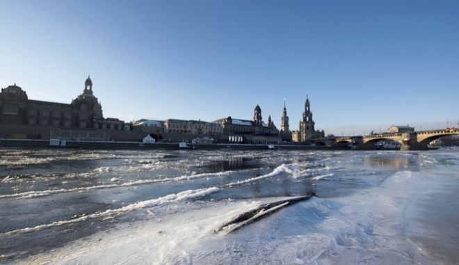 Ice floes float on Elbe river in Dresden, eastern Germany, Wednesday Jan. 11, 2017.  More heavy snow in Eastern Europe is causing fresh hazards for people already struggling with travel delays, power outages and sub-zero temperatures. Two more deaths were reported in Poland, the worst-hit nation in the recent cold snap to sweep Europe, which has now caused at least 65 deaths. (Arno Burgi/dpa via AP)