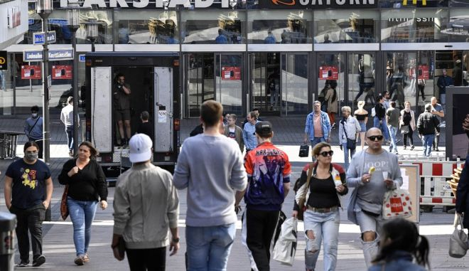 Καταναλωτές στο κέντρο του Έσσεν μετά το άνοιγμα των πρώτων καταστημάτων λιανικού εμπορίου