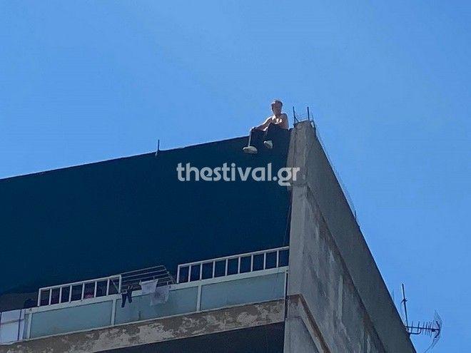 Θεσσαλονίκη: Απειλεί ότι θα πηδήξει από ταράτσα δωδεκαόροφης πολυκατοικίας