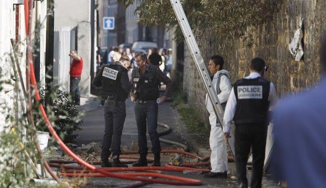 Πυροσβέστες και αστυνομικοί έξω από κτήριο που πήρε φωτιά στο Παρίσι