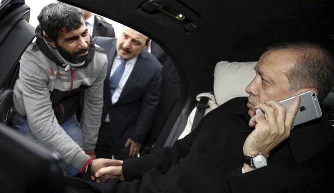 Ο Τούρκος Πρόεδρος μιλά με το iphone του την ώρα που αυξάνει τους δασμούς στα αμερικανικά προϊόντα τεχνολογίας