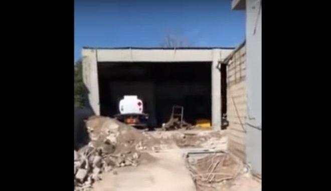 Έφοδος του ΣΔΟΕ με μπουλντόζα σε βενζινάδικο στην Ελευσίνα