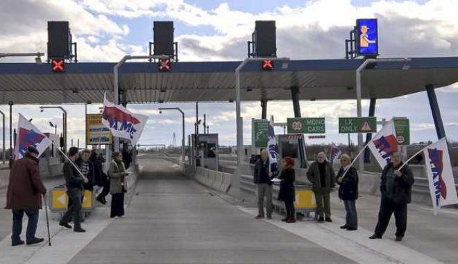 Διαμαρτυρία από την Γραμματεία Τρικάλων του ΠΑΜΕ στα διόδια του τμήματος του  νέου αυτοκινητόδρομου Ε-65, το Σάββατο 20 Ιανουαρίου 2018. Σε μια συμβολική κίνηση οι διαδηλωτές άνοιξαν τις μπάρες των μετωπικών διοδίων Τρικάλων(στο ύψος του Λόγγου) και επέτρεψαν την ελεύθερη διέλευση οχημάτων και οδηγιών για περίπου ένα δίωρο. (EUROKINISSI)