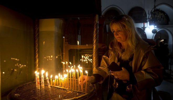 Πιστή στη Βασιλική της Γεννήσεως στη Βηθλεέμ την παραμονή των Χριστουγέννων