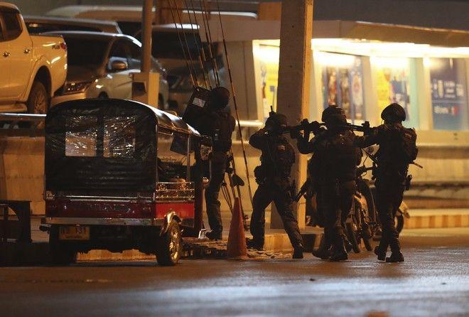Κομάντο του στρατού της Ταϊλάνδης έξω από το εμπορικό κέντρο που δέχτηκε επίθεση από στρατιώτη