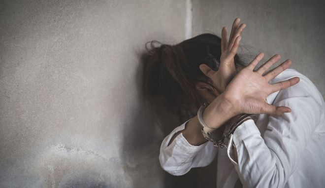 Κορίτσι, θύμα ενδοοικογενειακής βίας. Φωτό αρχεί