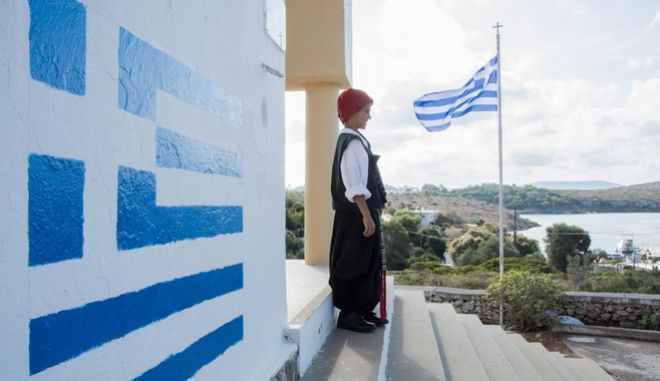 Students parade commemorating Greece's entry in World War II in 1940, in Arkoi Island, on October 28, 2017. Arkoi Island is inhabited by 44 residents, with only on student and a teacher. /        28   ,  28  2017.         44  ( 2011),      .