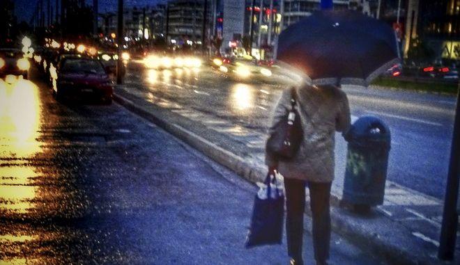 Βροχερός καιρός στην Αθήνα. (EUROKINISSI/ΓΙΩΡΓΟΣ ΚΟΝΤΑΡΙΝΗΣ)