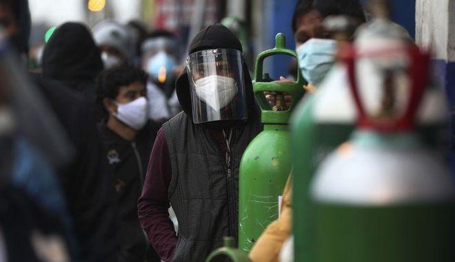 Άνθρωποι με μάσκες για τον κορονοϊό στο Περού