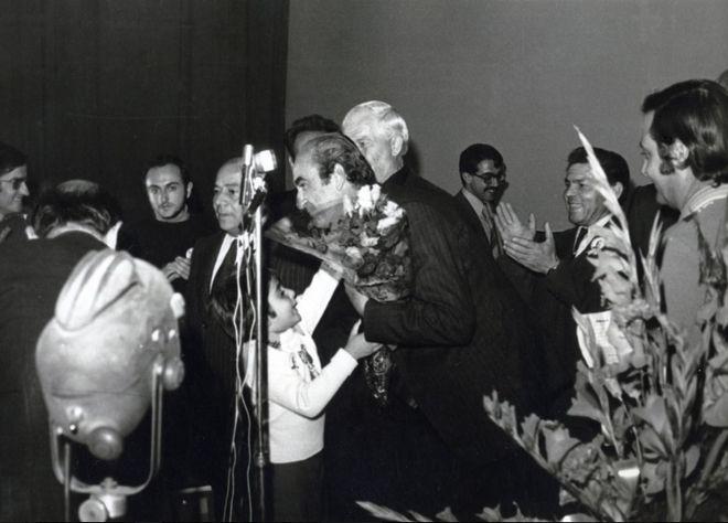 Ο Κ. Μητσοτάκης σε προεκλογική ομιλία στο θέατρο «Απόλλων» ως ανεξάρτητος υποψήφιος βουλευτής Χανίων, 1974