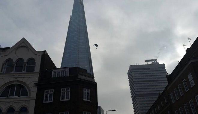 Η Βρετανική αστυνομία αναζητά τον αλεξιπτωτιστή που έπεσε από το Shard