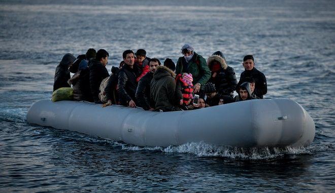 Βάρκα με πρόσφυγες και μετανάστες φτάνει στη Λέσβο (φωτογραφία αρχείου) (EUROKINISSI /ΤΑΤΙΑΝΑ ΜΠΟΛΑΡΗ)