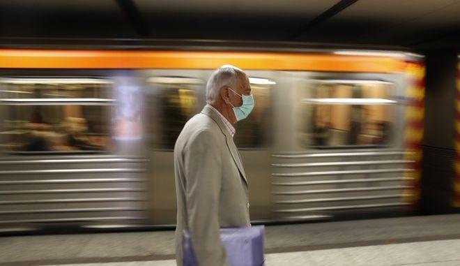 Άνδρας με μάσκα στο μετρό της Αθήνας.