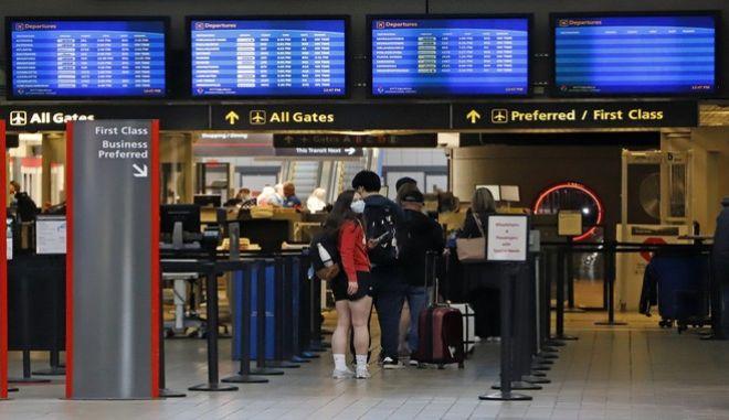 Επιβάτες ετοιμάζονται για έλεγχο ασφαλείας σε αεροδρόμιο του Πιτσμπουργκ