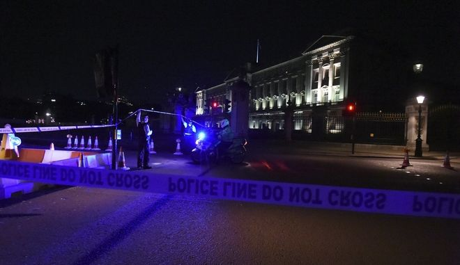 A police cordon outside Buckingham Palace where a man has been arrested after an incident, in London, Friday Aug. 25, 2017. A man armed with a knife was detained outside Londons Buckingham Palace Friday evening, and two police officers were injured while arresting him, police said. (Lauren Hurley/PA via AP)