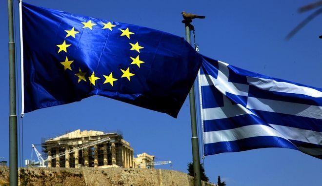 Η ελληνική σημαία και η σημαία της Ευρωπαϊκής Ένωσης με φόντο τον Παρθενώνα